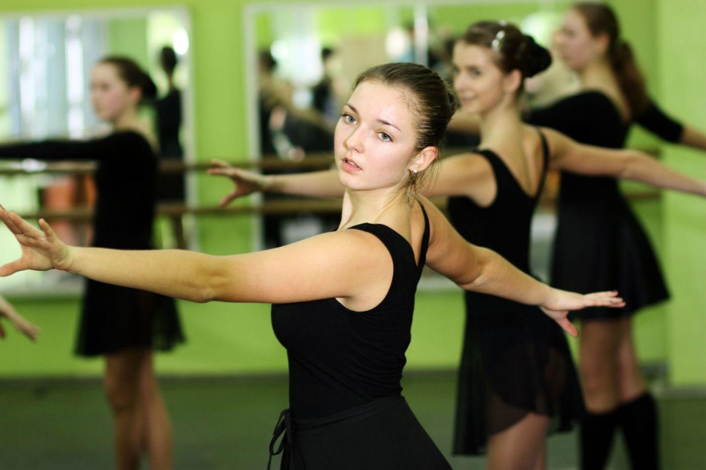 дети на занятиях танцами