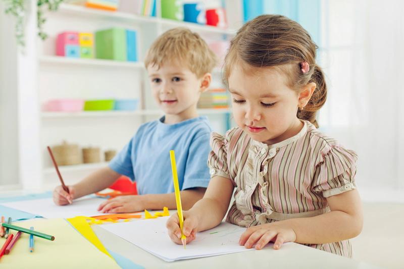 мальчик и девочка готовятся идти в 1 класс