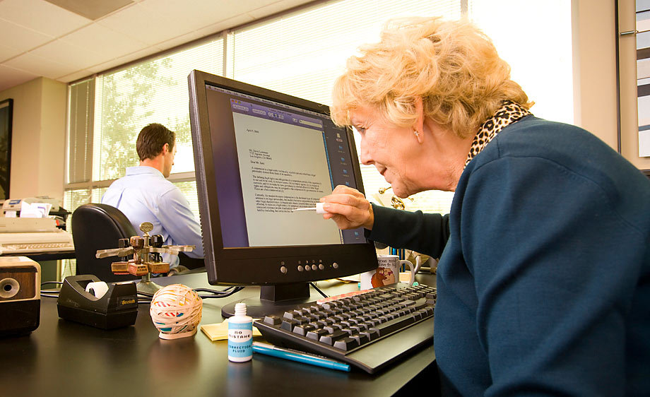 ученик в возрасте за компьютером